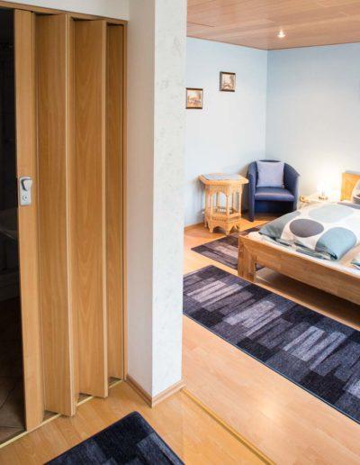 Zimmer 4 mit zugehörigem Bad 3 –Ansicht vom Fenster.