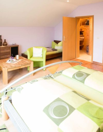 Zimmer 1 mit begehbarem Schrank und Bad 1.